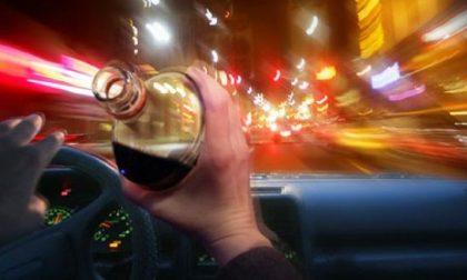 Neopatentato ubriaco guida a tutta velocità per sottrarsi al posto di controllo dell'Arma
