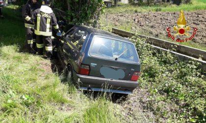 Muore finendo con l'auto contro un albero