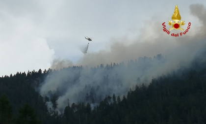 Grande incendio a Cortina, scoppiano ordigni bellici