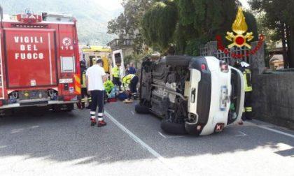Madre e figlia si ribaltano con l'auto, ferite