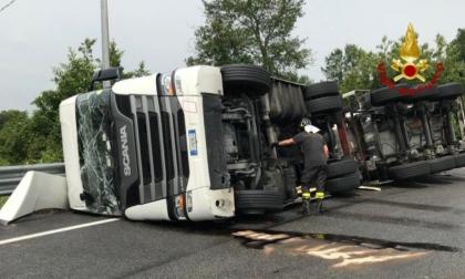 Si rovescia un camion carico di mosto sulla Castellana