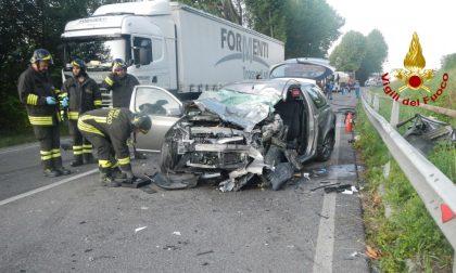 Frontale tra auto e camion, due i feriti