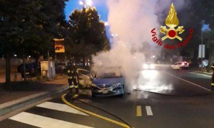 Montebelluna, auto prende fuoco davanti all'ospedale