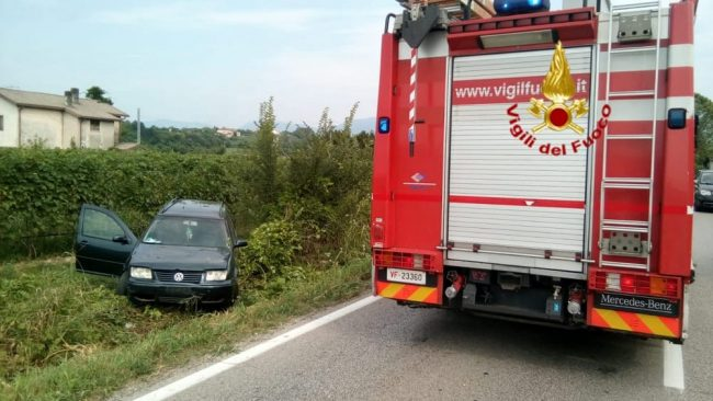 Finiscono con l'auto in un vigneto, due feriti