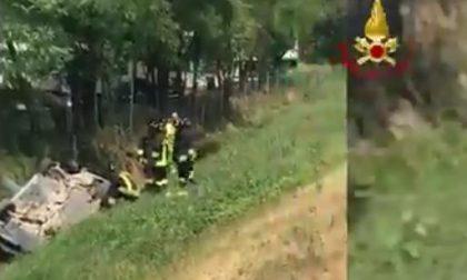 Auto finisce nel fossato sull'A4, quattro feriti