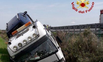 Un autocarro si è ribaltato sull'A4