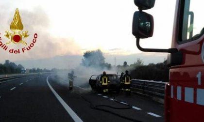Auto in fiamme sull'autostrada A28