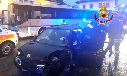 Auto contro bus della Mom, una donna ferita