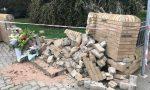 Mauro ha perso la vita qui: mazzi di fiori sul muro distrutto dalla sua moto