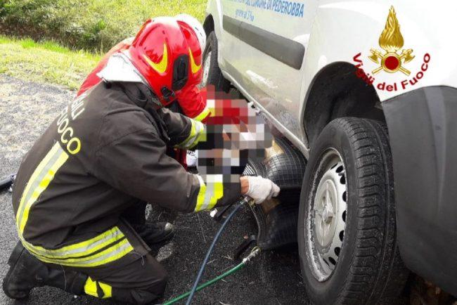 Schiacciata dal furgone appena parcheggiato: grave una donna