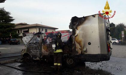 Incendio di un camper: Il mezzo è andato completamente distrutto