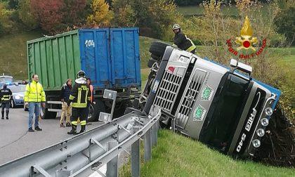 Camion si rovescia in autostrada: recuperato con l'autogrù