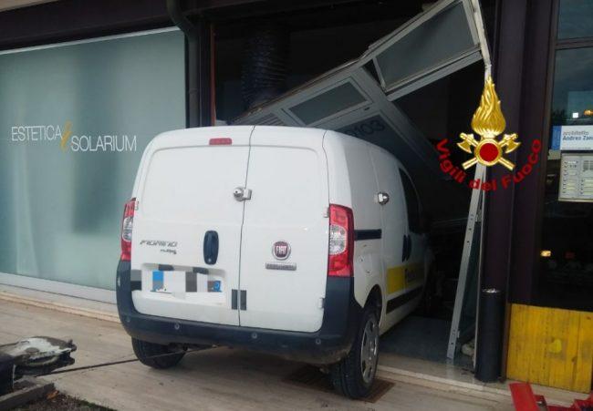 Piomba nel centro estetico col furgone: gravi danni
