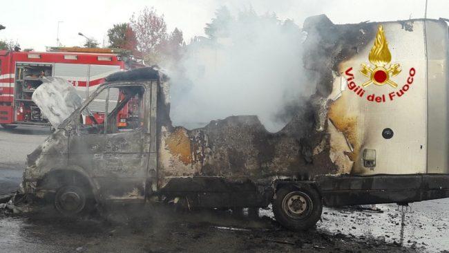 Camper divorato dalle fiamme: paura a San Zenone degli Ezzelini