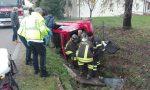 Esce di strada da solo e rimane incastrato nell'auto: estratto dai Vigili del fuoco