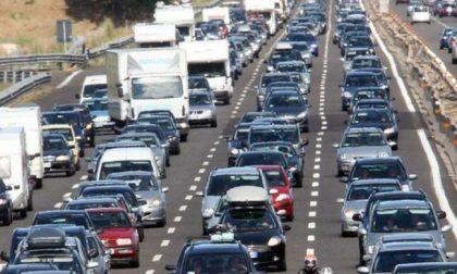 Incidente A4, tir perde sacchi di cemento: autostrada bloccata e traffico in tilt