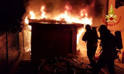 Ricovero attrezzi in fiamme, Vigili del fuoco al lavoro