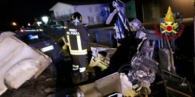 Terribile schianto: furgone spezzato in due
