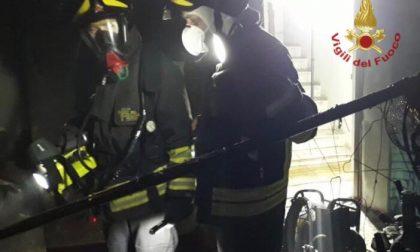 Tragico incendio nella notte: morto un uomo di 70 anni