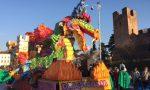 Carnevale Castelfranco, un successo la sfilata dei carri: battuta la psicosi Coronavirus – VIDEO