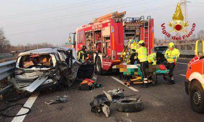 Terribile schianto in autostrada: in quattro finiscono all'ospedale