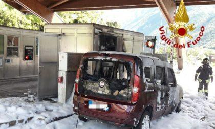 Casello Vittorio Veneto Nord, auto prende fuoco sotto la pensilina: conducente salvo