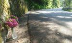Fiori sull'asfalto: il dolore per la morte di padre e figlia sul Grappa non si placa