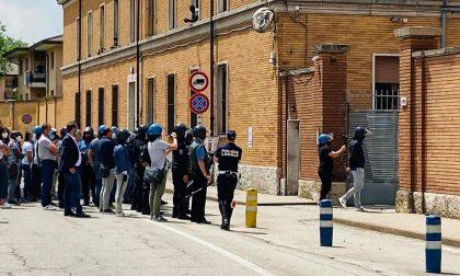 """Rivolta immigrati caserma """"Serena"""", operatori sequestrati: intervengono gli agenti in tenuta antisommossa"""