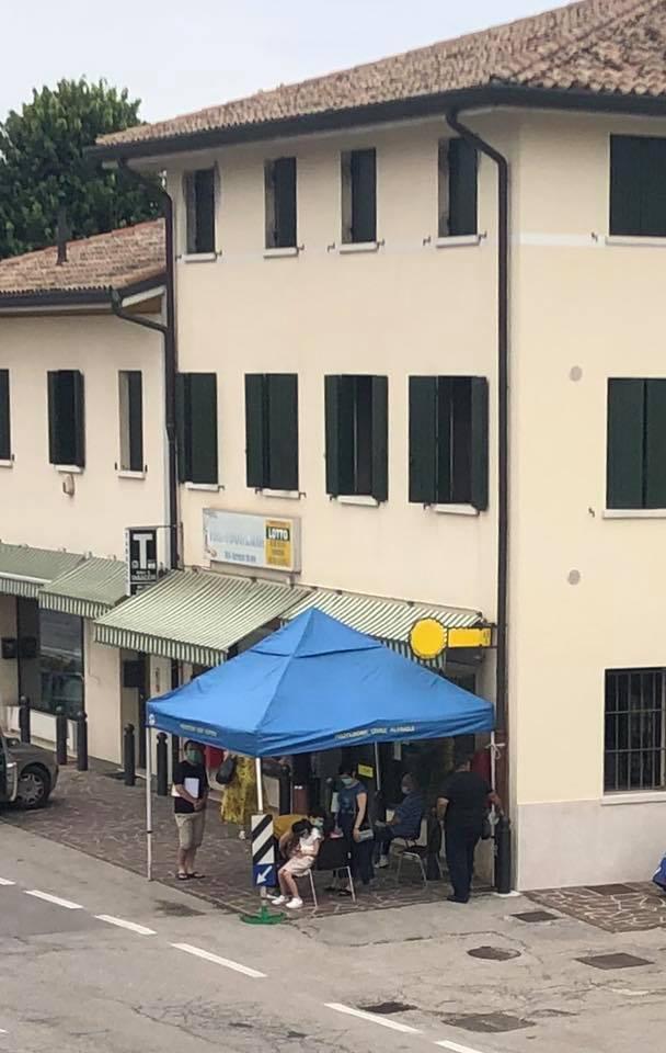 """Uffici postali Altivole, attese troppo lunghe all'esterno: il Comune allestisce una """"sala d'aspetto mobile"""""""