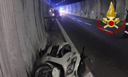 Incidente Vittorio Veneto: perde il controllo della moto e sbatte contro il muro della galleria