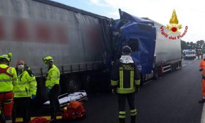 Incidente A4, scontro tra camion: un ferito – FOTO