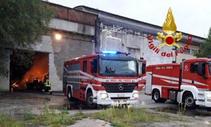 Capannone brucia all'alba: incendio domato dai Vigili del fuoco di Conegliano