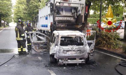 Tragedia sfiorata a Montebelluna, ragazza estratta dall'auto in fiamme