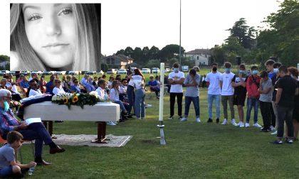"""L'ultimo saluto a Vittoria, mille persone a Crespignaga: """"Un fiore strappato troppo presto"""" – VIDEO e GALLERY"""