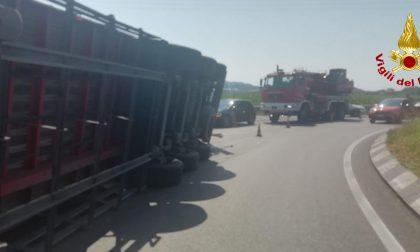 Caos Feltrina stamattina: camion si ribalta e perde rotoli di carta in strada