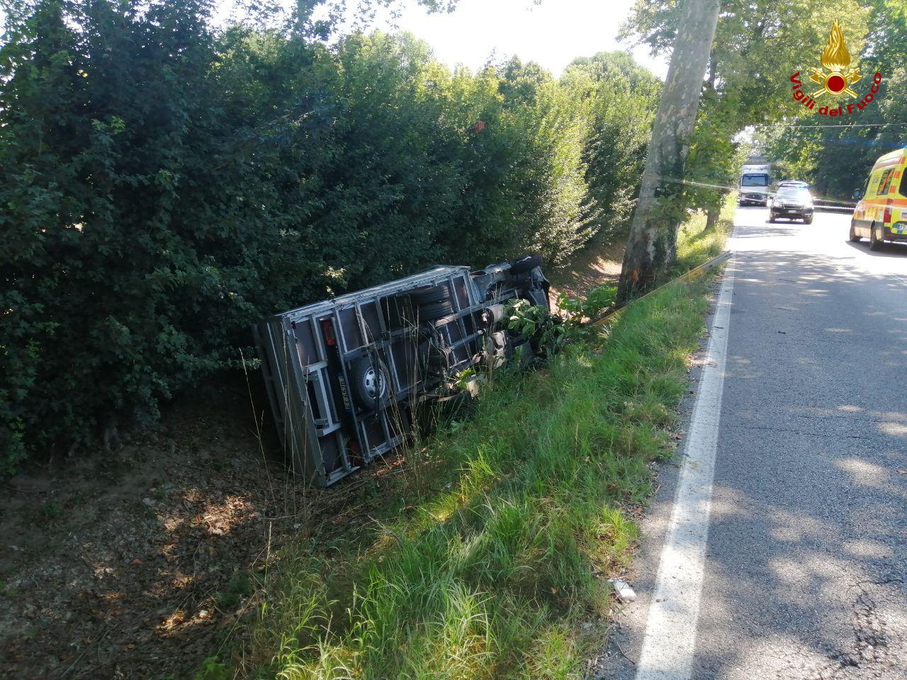 Incidente Lughignano, camioncino esce di strada e si rovescia: un ferito