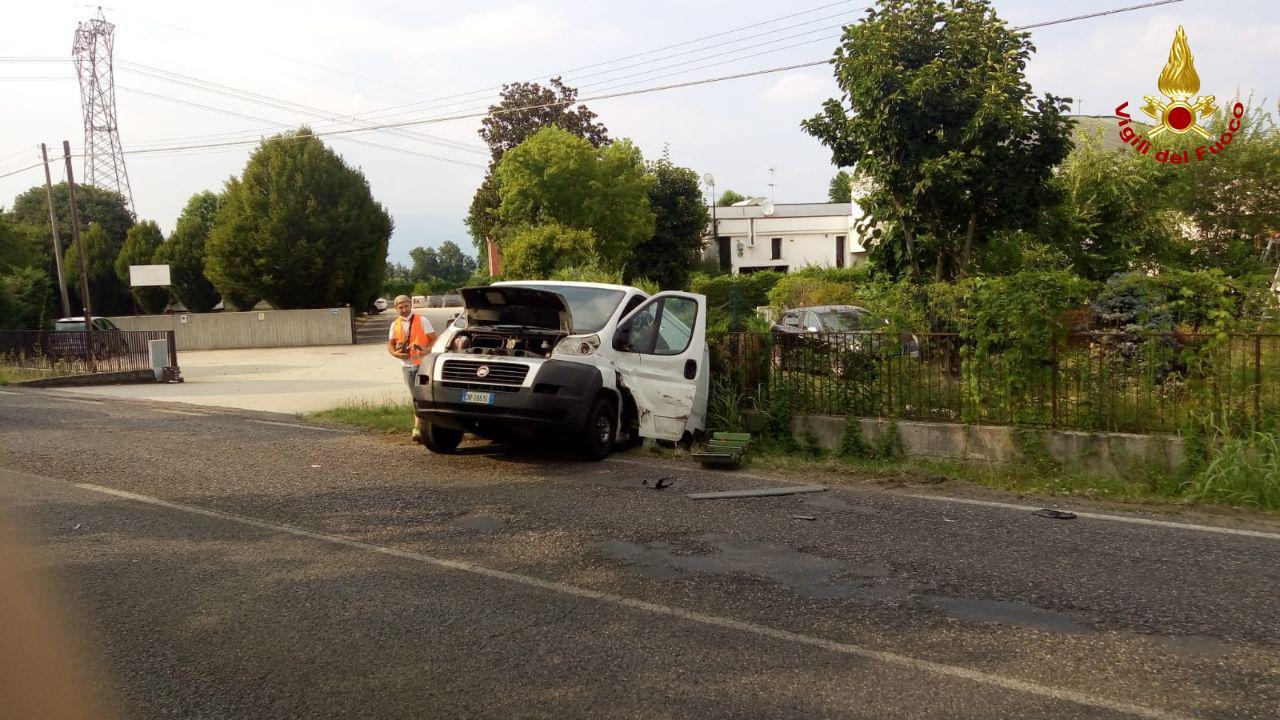 Castello di Godego, scontro tra auto e furgone: una persona incastrata. Disagi alla viabilità