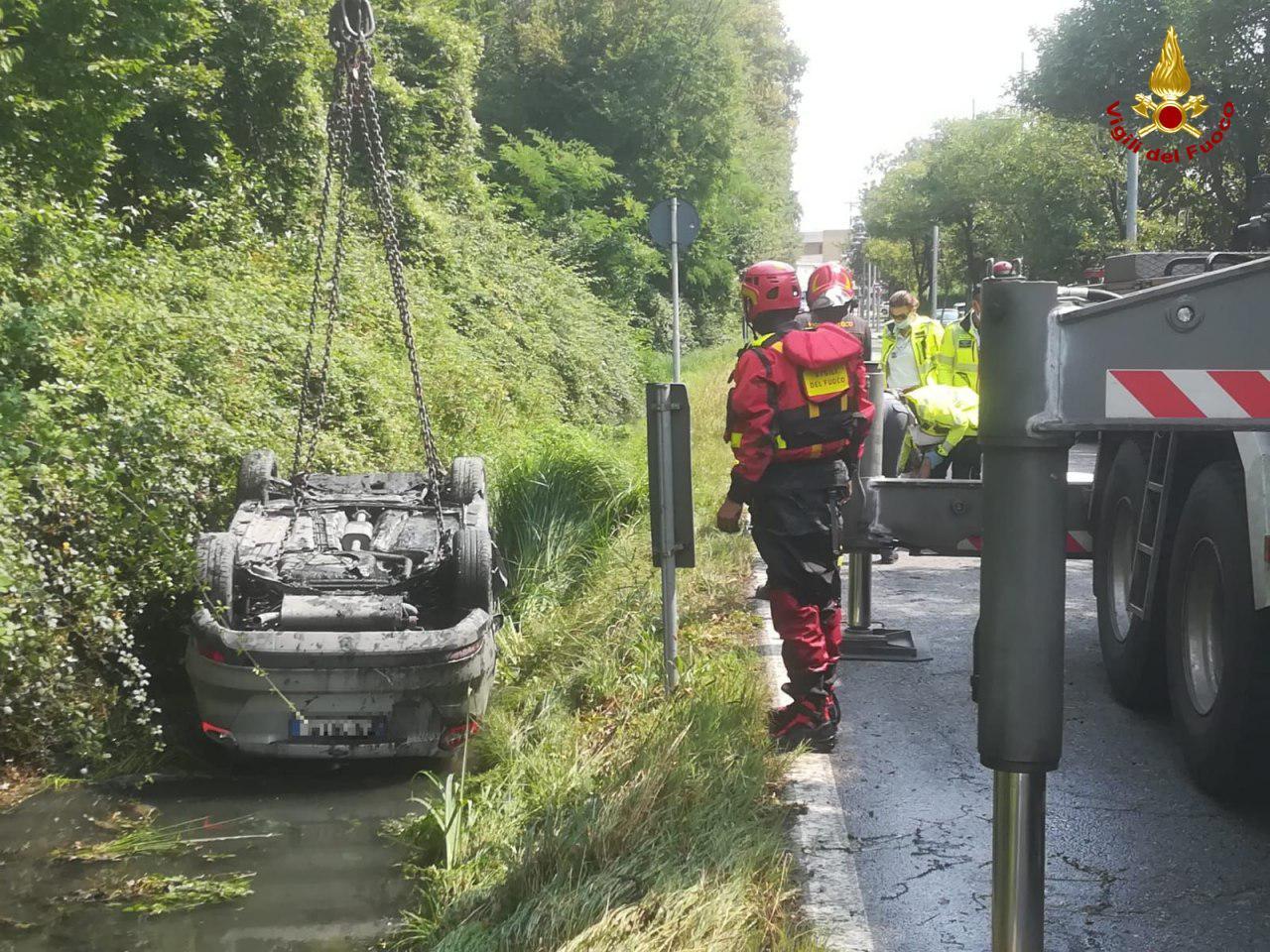Tragedia sfiorata a Dosson, auto capovolta nel fosso pieno d'acqua: guidatore salvato in extremis