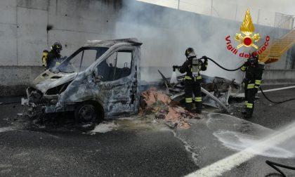 Tragedia sfiorata in A4: furgone divorato dalle fiamme, miracolato il conducente – Gallery