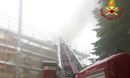 In fiamme il tetto delle scuole elementari di Faé, spegnimento in corso FOTO