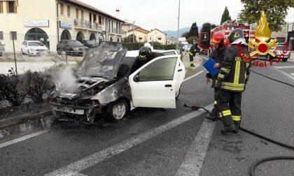 Caerano San Marco, auto in fiamme sulla rotatoria di via Padova: intervengono i Vigili del fuoco