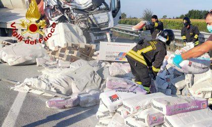 A4 bloccata, in corso le operazioni di recupero dei sacchi – VIDEO e GALLERY
