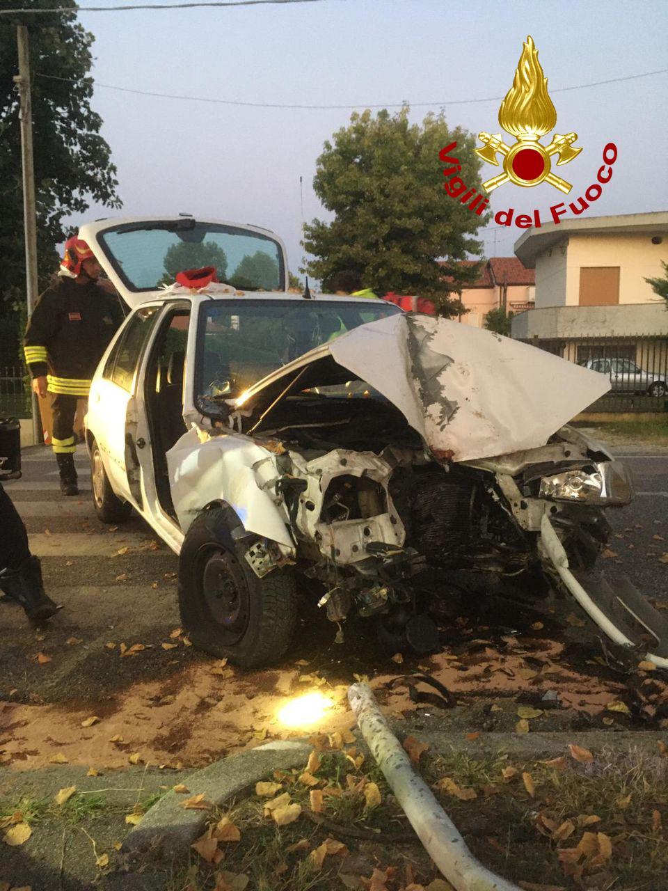 Auto fuori strada si schianta contro un albero a Maserada sul Piave: un ferito