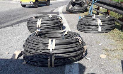 Rotoli di ferro persi sulla strada all'ingresso di Susegana, disagi alla viabilità