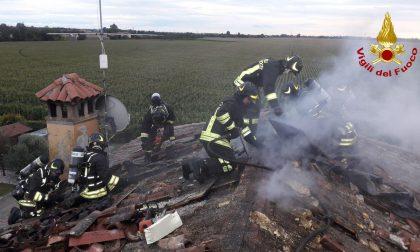 Tetto in fiamme a Santa Lucia di Piave: incendio domato dai Vigili del fuoco – FOTO