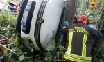 Collalto di Susegana, auto cappottata sull'albero: due feriti – FOTO