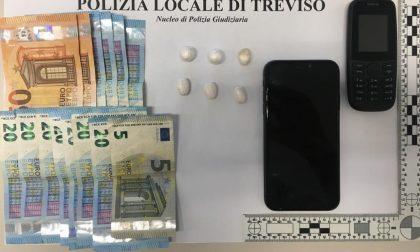 Pusher nigeriano ingoia sei ovuli di cocaina: sorvegliato fino all'evacuazione e arrestato