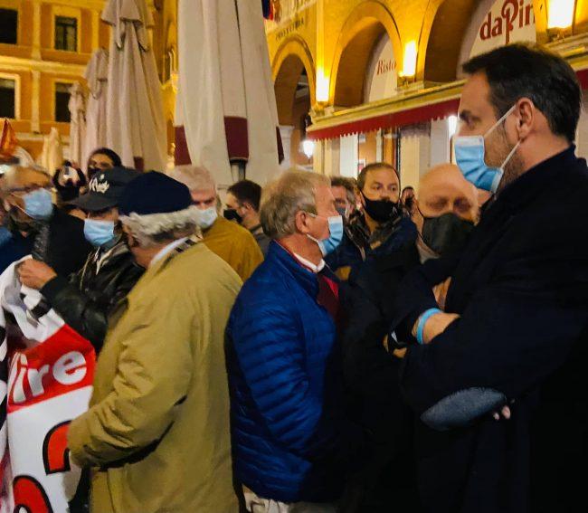 """Protesta Dpcm Treviso, il ruggito di Piazza dei Signori: """"Ora basta, fateci lavorare!"""" - VIDEO"""
