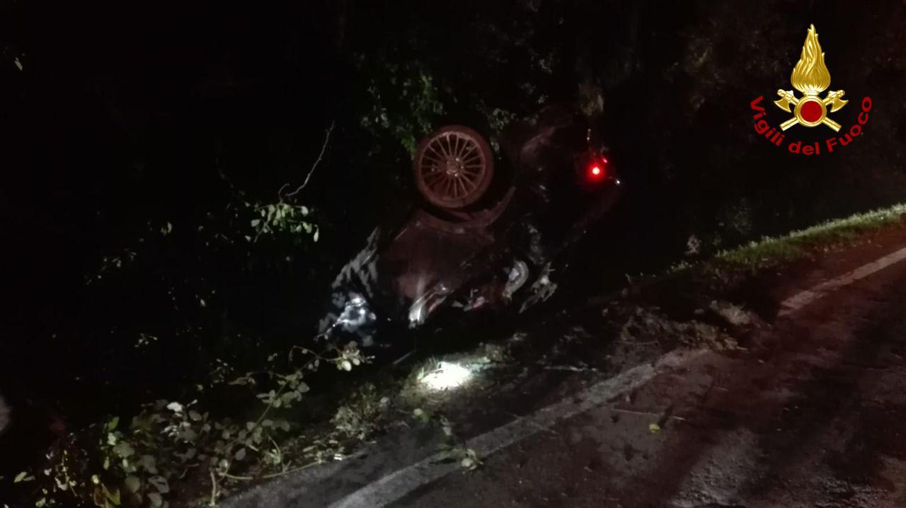 Tragedia a Salgareda, auto nel fosso: morto un 22enne. Altri due giovani lottano per la vita
