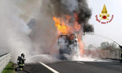Incidente con incendio in A4, tre mezzi pesanti coinvolti: autista ustionato – FOTO